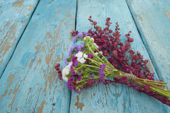 En bukett av blommor på tabellen Royaltyfria Bilder