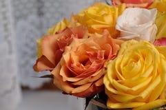 En bukett av färgrika rosor arkivbild