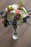 En bukett av konstgjorda blommor i en vas, dekor 6 Arkivfoton
