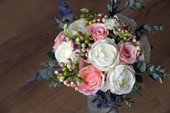 En bukett av konstgjorda blommor i en vas, dekor 7 Arkivbilder
