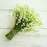 En bukett av liljekonvaljer på en träyttersida Royaltyfri Foto