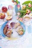 En bukett av nya tulpan Söt hem- muffin med socker Kaffe i en kupa Äpplen på bordlägga Royaltyfria Bilder