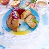 En bukett av nya tulpan Söt hem- muffin med socker Kaffe i en kupa Äpplen på bordlägga Fritt utrymme för text eller en vykort Royaltyfri Bild
