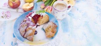 En bukett av nya tulpan Söt hem- muffin med socker Kaffe i en kupa Äpplen på bordlägga Fritt utrymme för text eller en vykort Royaltyfri Fotografi