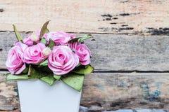 En bukett av rosa rosor i krukor Royaltyfri Foto