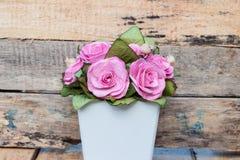 En bukett av rosa rosor i krukor Royaltyfri Bild