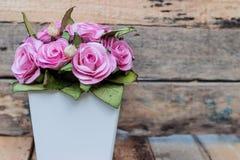En bukett av rosa rosor i krukor Arkivfoto