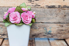 En bukett av rosa rosor i krukor Royaltyfria Foton