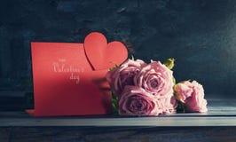En bukett av rosor med en dag för kortvalentin` s Royaltyfri Foto