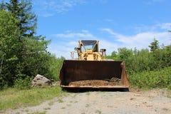 En bulldozer i ett villebråd i träna på en solig dag i uddeBreton Royaltyfria Bilder