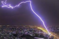 En bult av blixt över himlen arkivbilder