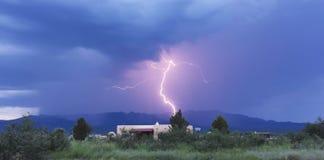 En bult av blixt i bergen Royaltyfria Bilder