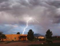 En bult av blixt i en lantlig grannskap Arkivfoto