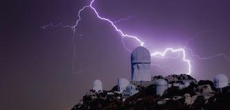 En bult av blixt över en observatorium Royaltyfria Bilder