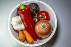 En bunke av färgrika grönsaker royaltyfri fotografi