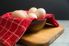 En bunke av fria bruna ägg för bur som är klara för ett recept Arkivbilder