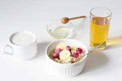 En bunke av havremj?let p? en vit bakgrund sund frukost arkivbild