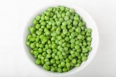 En bunke av lagade mat gröna ärtor, bästa sikt Arkivbild