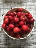 En bunke av ny röd körsbär = FRUKT = SMASKIGT royaltyfria bilder