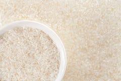 En bunke av ris med risöron i bakgrunden arkivfoto