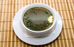 En bunke av soppa på tabellen i restaurangen Arkivfoton