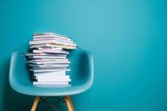 En bunt av böcker i inre i en minimalist stil Monocolor Begreppet av läsning, utbildning, köpande bokar kopiera avstånd Arkivbilder
