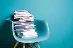 En bunt av böcker i inre i en minimalist stil Monocolor Begreppet av läsning, utbildning, köpande bokar kopiera avstånd Royaltyfri Bild
