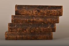 En bunt av böcker i slitna band för tappning royaltyfria foton