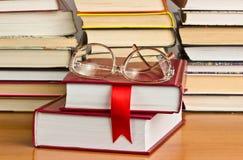 En bunt av böcker med ett rött band royaltyfria foton