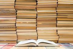 En bunt av böcker med färgrika räkningar Arkivet eller bokhandeln Böcker eller läroböcker Utbildning och läsning royaltyfri foto