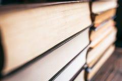En bunt av böcker och lärobokcloseupen arkivfoto