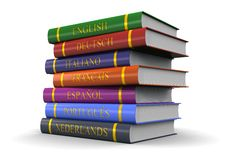 En bunt av böcker på studien av språk Arkivfoton