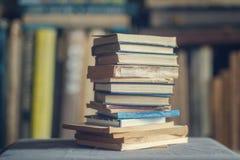 En bunt av dammiga sjaskiga böcker royaltyfri bild