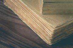 En bunt av de gamla böckerna arkivfoto