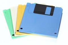 En bunt av den färgglade disketten som isoleras på vit bakgrund Royaltyfri Foto