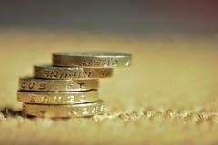 En bunt av en-pund mynt Arkivfoto