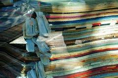 En bunt av filtar i fönstret av en shoppa Arkivbilder