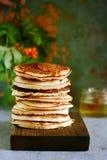 En bunt av frodiga punkcakes för frukost på en grå bakgrund Hög hög av läckra pannkakor med bär amerikansk kokkonst fotografering för bildbyråer