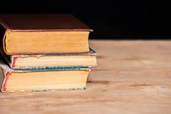 En bunt av gamla böcker ligger överst av de på tabellen Arkiv utbildning Tomt ställe för text Royaltyfria Bilder