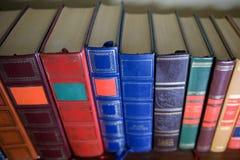 En bunt av gamla böcker på kaffetabellen royaltyfria foton