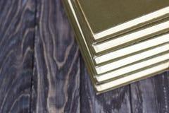 En bunt av gräsplan bokar på en trätabell begrepp av läs- hab Arkivfoto