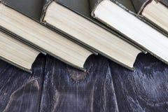 En bunt av gräsplan bokar på en trätabell begrepp av läs- hab Royaltyfria Bilder