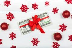 En bunt av hundra-dollar sedlar som binds med ett band Arkivbild