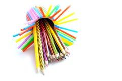 En bunt av kulöra blyertspennor på vit bakgrund Arkivfoto