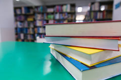 En bunt av nya böcker på tabellen med suddighetsboken i arkivet, educati arkivbild