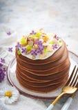 En bunt av pannkakor på en platta med sås, bananer, kanderade frukter och dekorerat med blommor, närbild, arkivfoto
