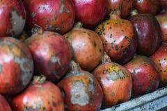En bunt av röda granatäpplen fotografering för bildbyråer