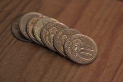 En bunt av små kopparmynt av 10 cent Arkivbild