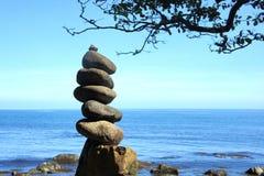 En bunt av stenar på kusten Arkivbild
