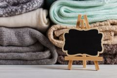 En bunt av stucken kläder av olika färger och texturer, på tabellen bredvid ett ställe för text kopiera avstånd royaltyfria foton